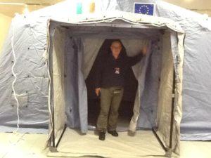 UIl dottor Germano Pestelli all'ingresso della tenda Simfer